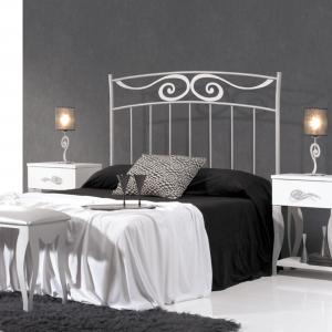habitación amueblada y cama en el centro con un cabecero blanco