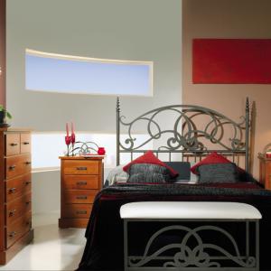 habitación amueblada con cama y cabecero