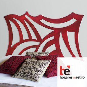cabecero de cama de forma cuadrada decorado con lineas curvas