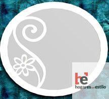 espejo redondo color blanco con una flor de decoración