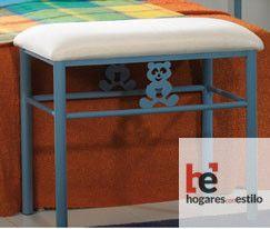banqueta de forja infantil color azul con decoración de un osito y cojín en blanco