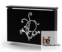 cubre radiador de forja de color negro con una decoración frontal y central recortada en laser que parece una flor sencilla y minimalista