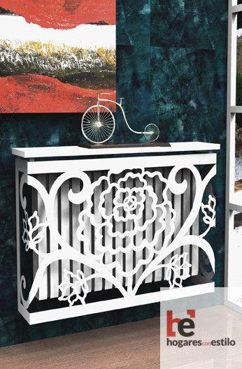 modelo mirto de color blanco decorado con un clavel en medio y algunas decoraciones alrededor