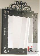 espejo de forja cuadrado con el marco decorado y la parte superior decorada