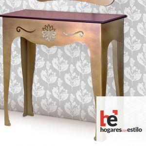 mesa de forja de entrada de color dorado con decoración en la parte delantera de una flor
