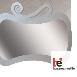 espejo de pared hecho de forja en color plata con decoración de una espial en la parte superior. Espejo en formato vertical o apaisado