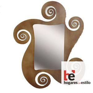 espejo de pared hecho de forja con amplio marco con forma de espirales o estrella de mar