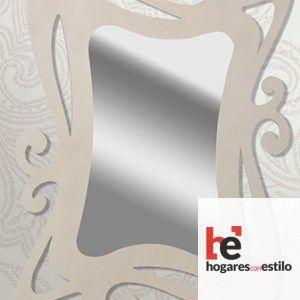 espejo de pared hecho de forja con el marco decorado