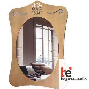espejo de forja de pared con amplio marco de forma cuadrada y decoración de una flor sencilla en la parte superior del marco