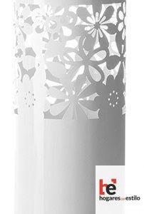 Paragüero de color blanco decorado con flores de diversos tipos