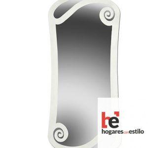 espejo de pared de forja de color plateado con decoración en las esquinas de espirales sencillas